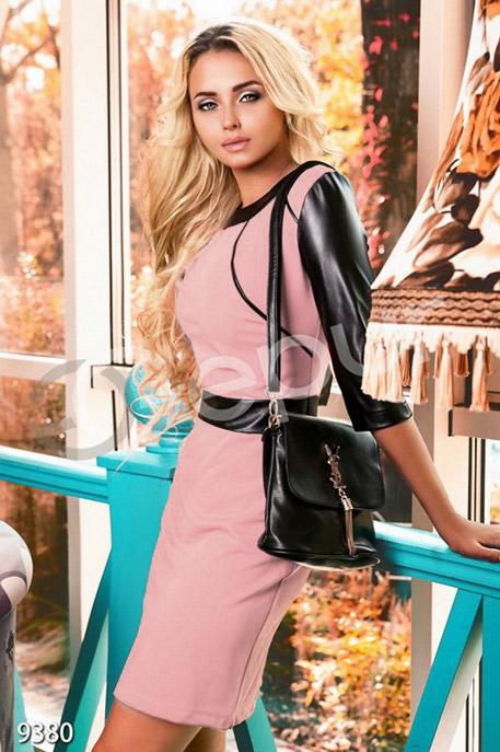 Платье-футляр с кожаным рукавом