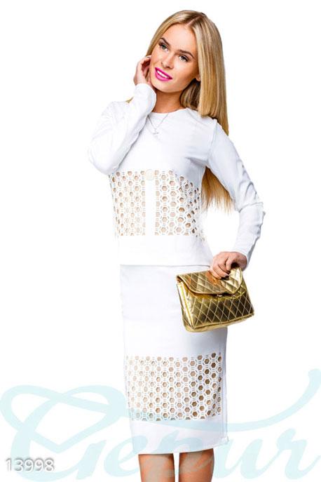 Купить Костюмы и комплекты / Низ юбка, Костюм с перфорацией и золотой брошкой, Костюм-13998, GEPUR, белый