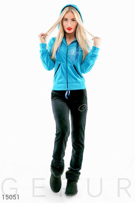 Купить Спортивные костюмы / Со штанами, Яркий велюровый костюм с капюшоном и декором, Костюм-15051, GEPUR, куртка - голубой, брюки - черный