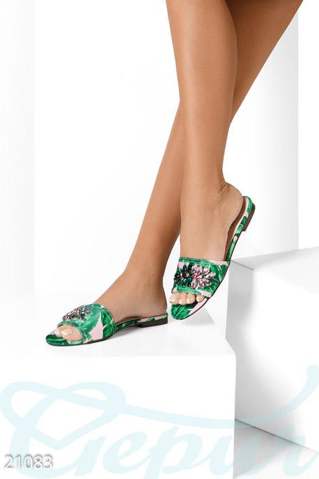 Аккуратные текстильные сандалии