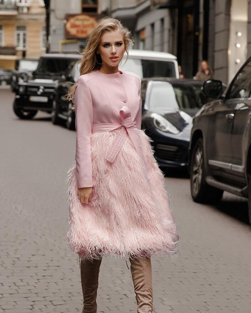 Фото - Пудровое пальто с мехом ламы
