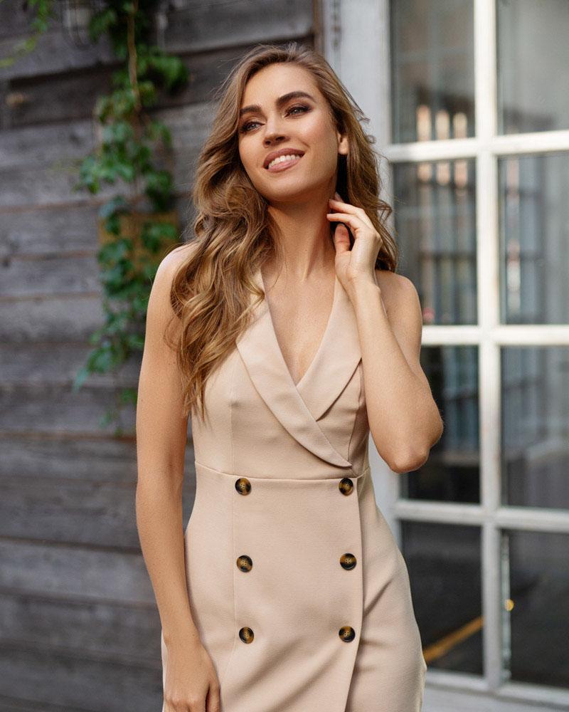 Приталенное двубортное платье фото