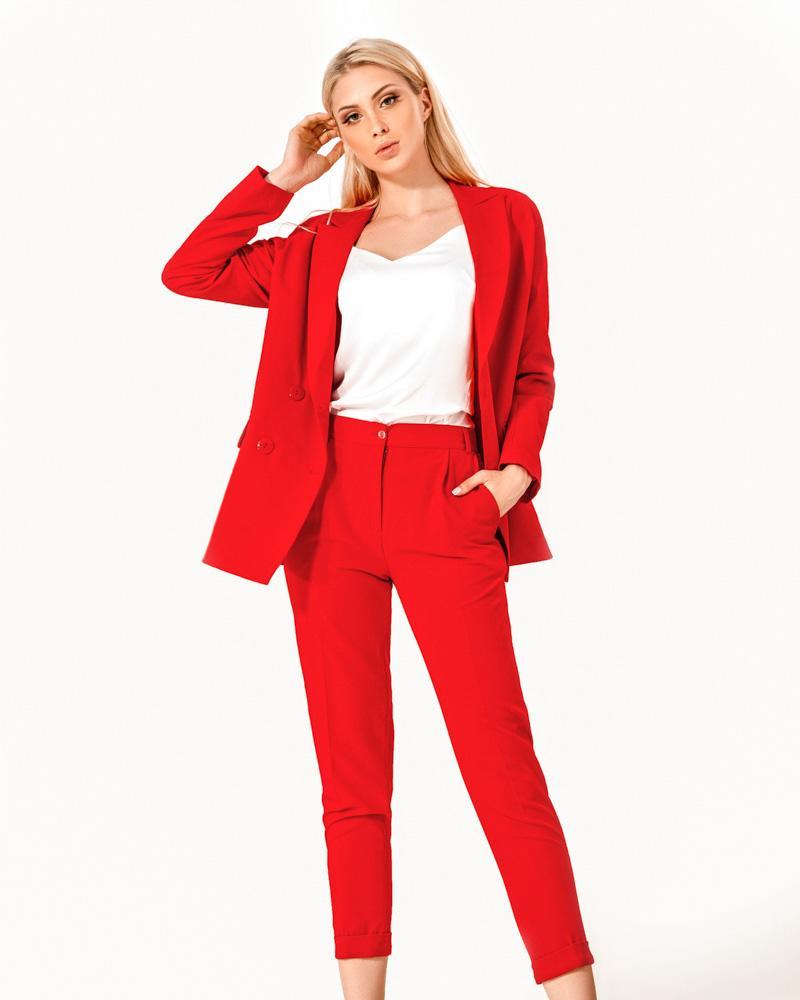 Яркий деловой костюм