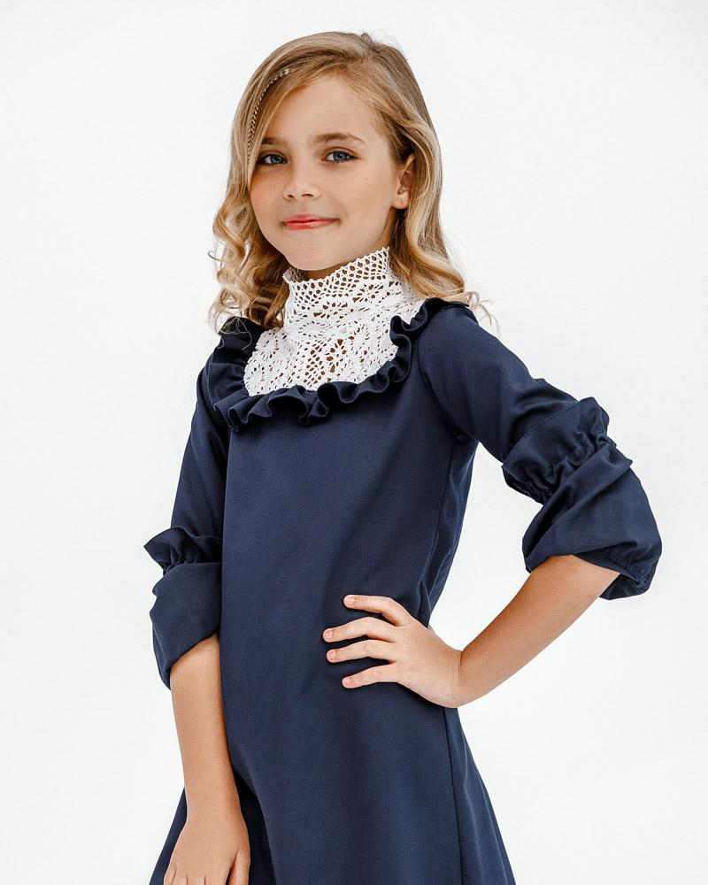 Сдержанное платье с кружевом фото
