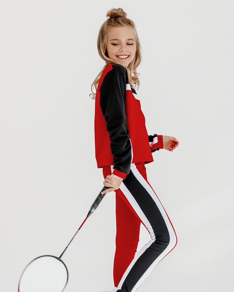 Трехцветный спортивный костюм фото