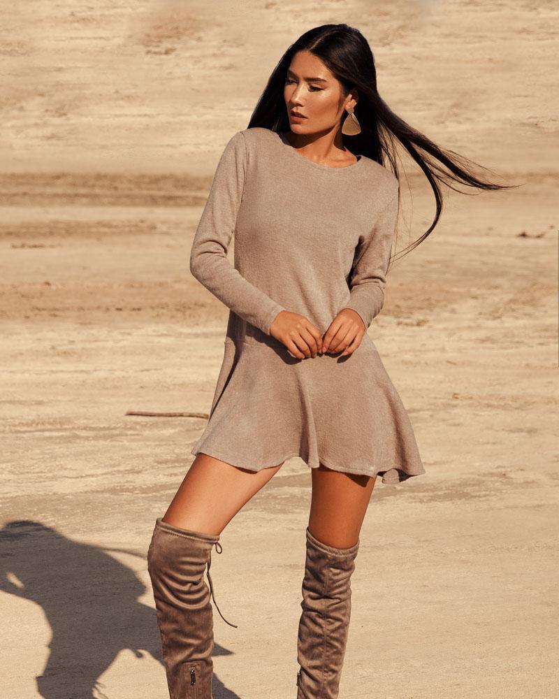 Бежевое платье с воланом фото