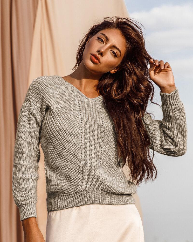 Вязаный пуловер бежевого оттенка фото
