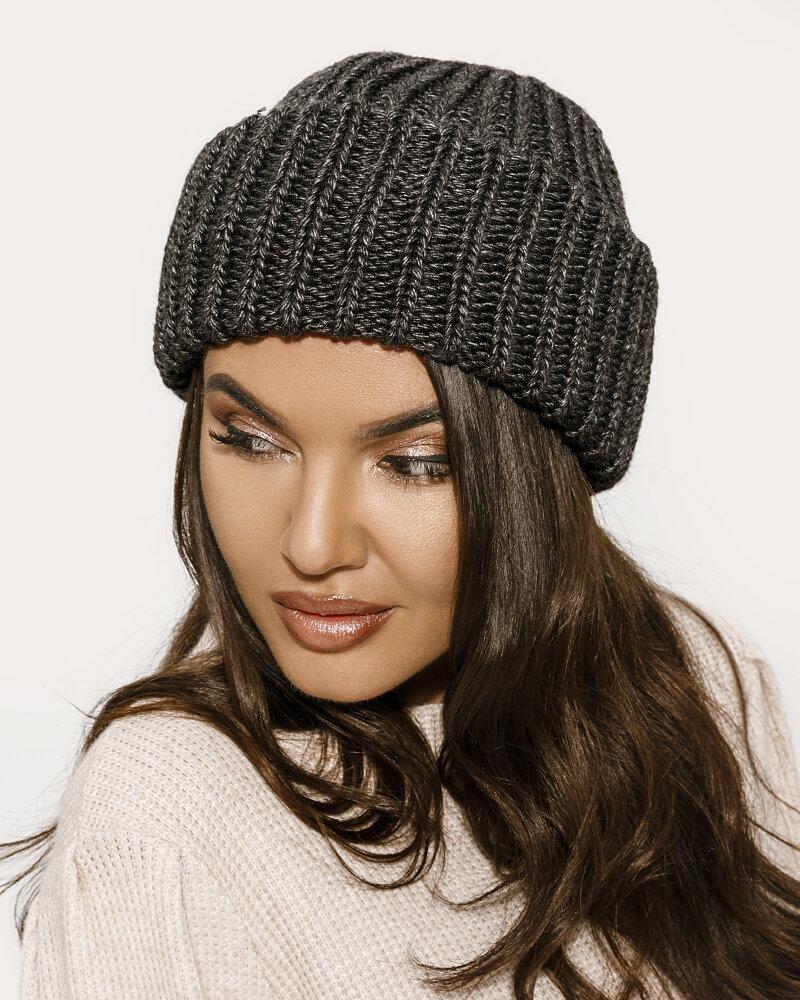 Трендовая вязаная шапка