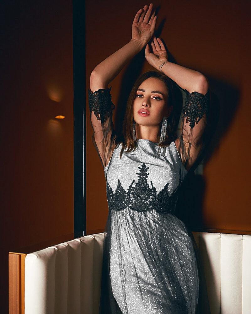 Платье серебристого оттенка фото