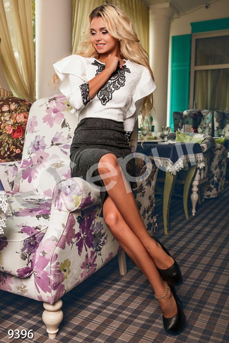 5fc9fe45a0f Оригинальное платье с кружевной вставкой в области декольте и облегающим  рукавом 3 4