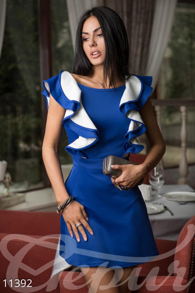 a77429e47ab Женственное платье с без рукавов с воланами и V-образным вырезом на спине.  Широкий ворот лодочкой красиво подчеркнет линию ключиц. Такое платье  абсолютно не ...