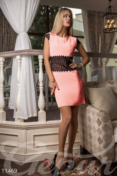 Персиковое платье из гипюра