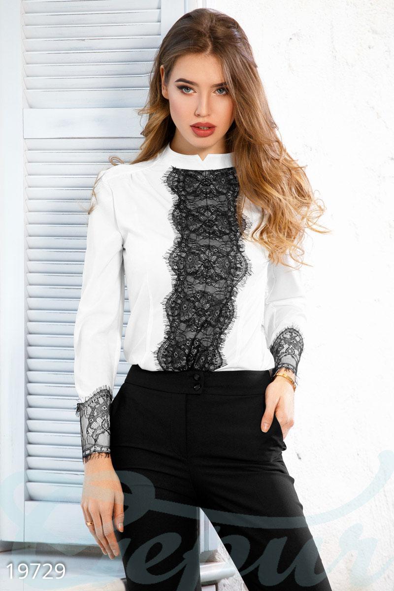 0c665fb05f3 Блуза прямого кроя с отделкой из нежного ажурного кружева  воротник-стойка  с декоративным вырезом