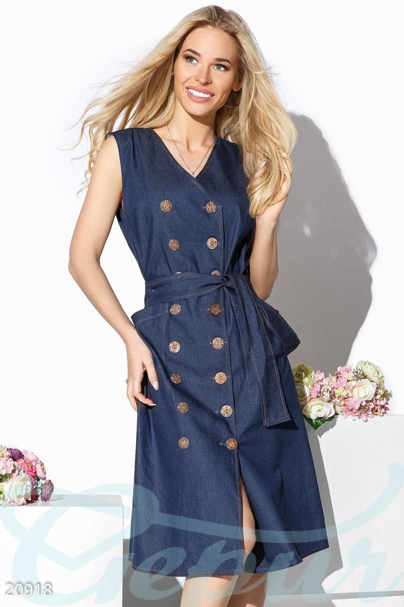 d660075eac084b6 Летнее платье с v-образным вырезом, джинсовое, с вместительными накладными  карманами, деревянными пуговицами в 2 ряда и съемным поясом.