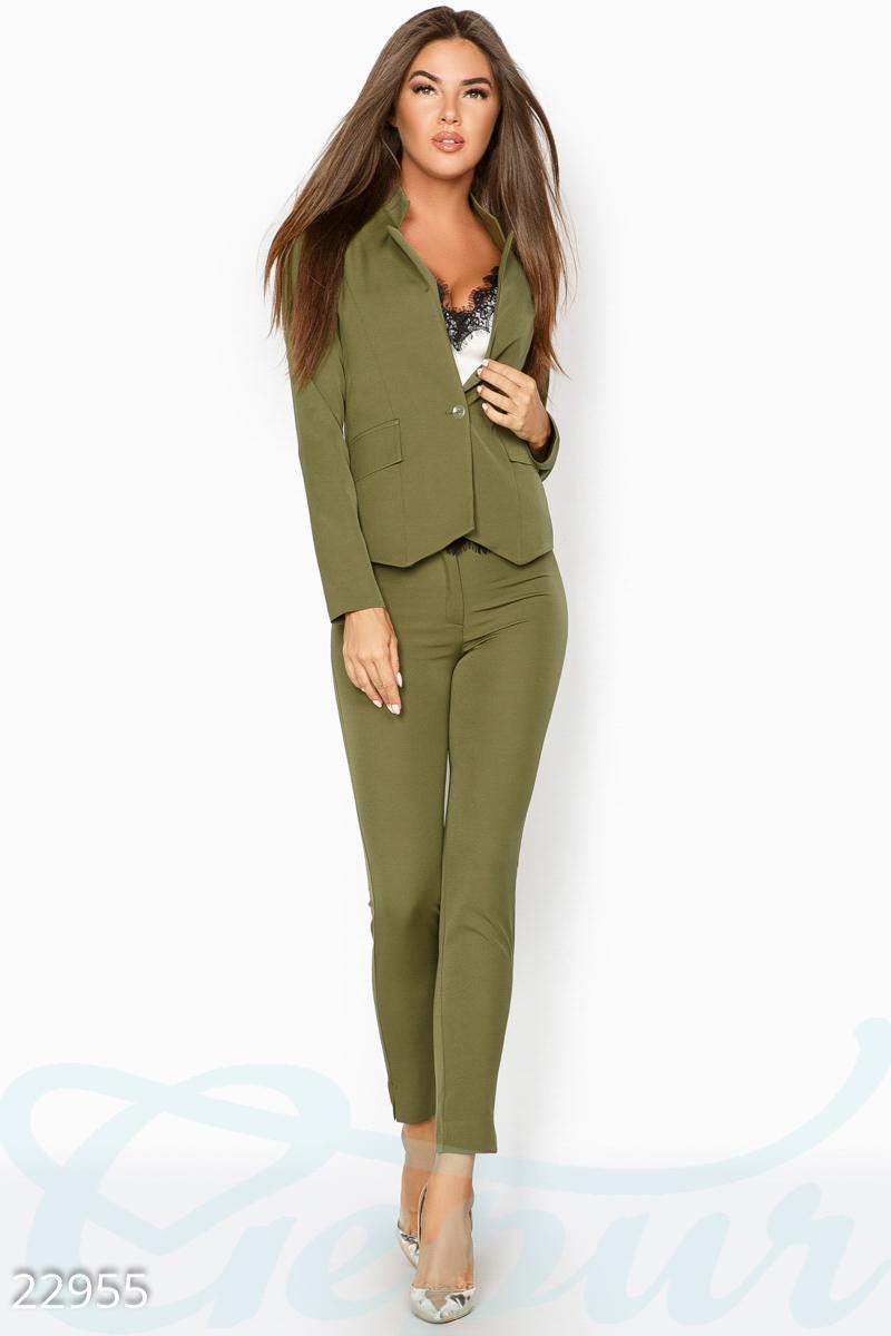 b933b86f208 Аккуратный женский костюм-двойка для деловых встреч  приталенный пиджак с  застежкой на одну пуговицу