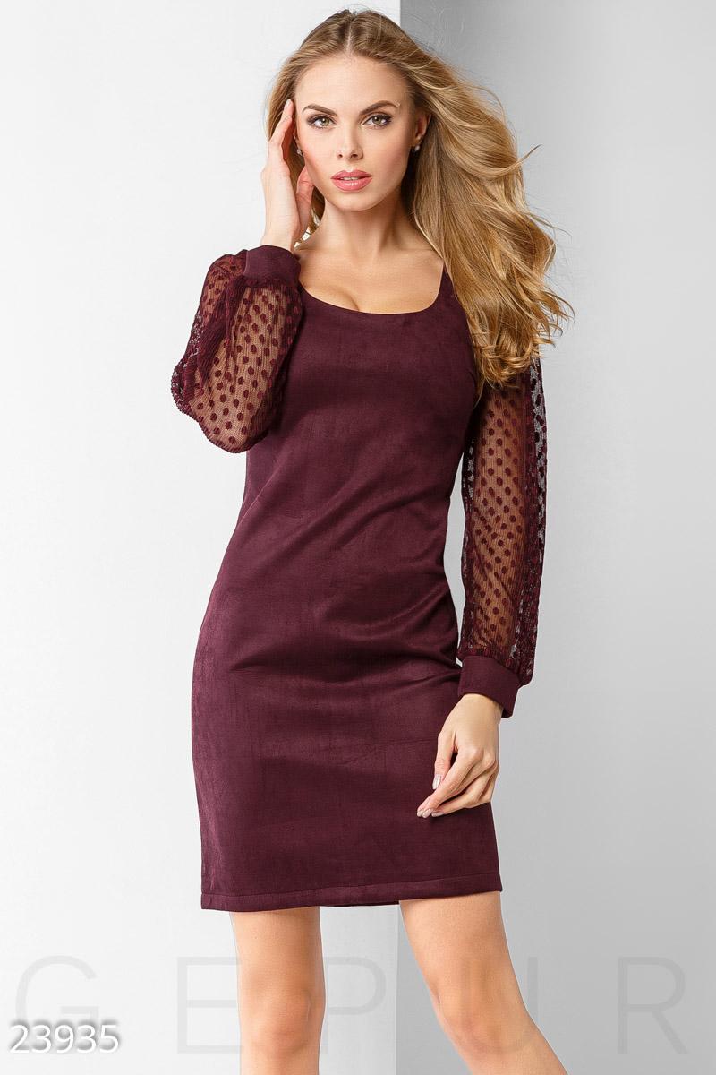 b2c36ea551736bd Облегающее платье из эко-замши, с круглым вырезом и эффектным рукавом,  выполненным из сетки с фигурным плетением.