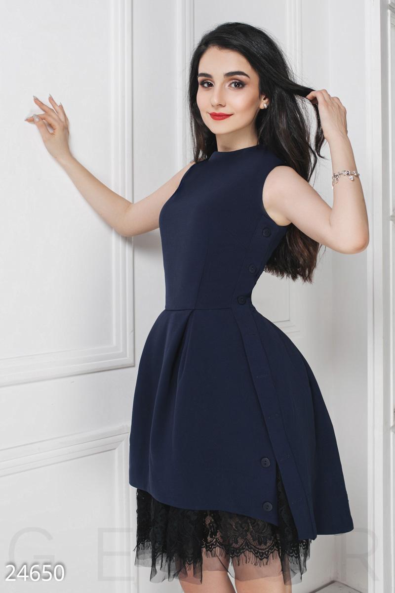 baf4020fe33695 ... святкове плаття: класична кокетка з круглим вирізом, декоративна  застібка на гудзики з боків і пишна спідниця з нижніх спідниць з сітки з  мереживом.