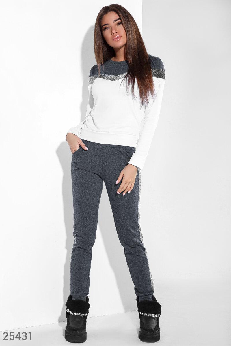 Женский тренировочный костюм с нитью люрекса  классический свитшот со  фигурными вставками, облегающие брюки с манжетами и двумя карманами по  бокам. 39916da40e4
