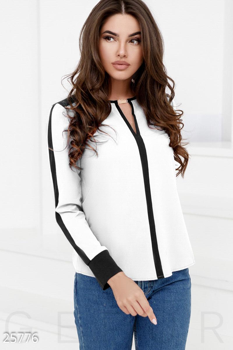 d7aa56f800c5 ... блуза с контрастными вставками: узкий рукав с манжетом, закругленный  подол и небольшой v-образный вырез на груди, дополненный металлическим  декором.