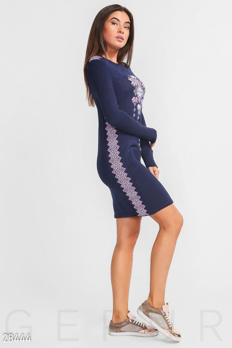 d8535e0fdbadae Тепле жіноче плаття-туніка з в'язаного трикотажу, прикрашена кольоровим  орнаментом.