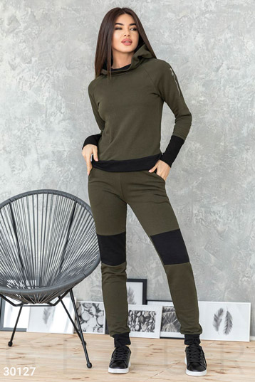 7e6f0d8b костюм:джемпер +брюки с контрастными вставками на коленях,цвет-хаки. фото