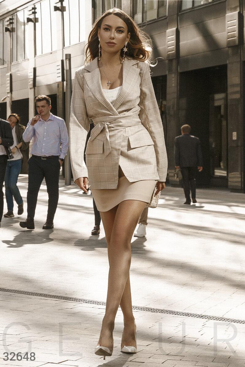 Бежевый клетчатый пиджак