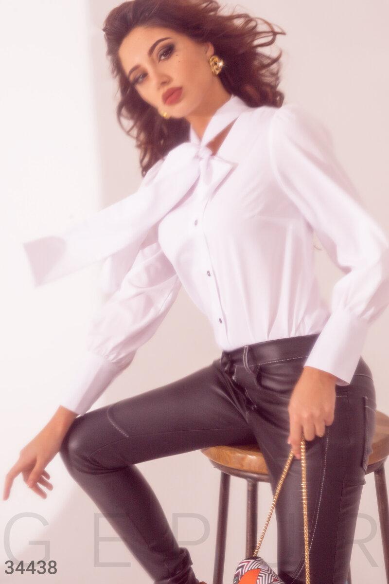 Белая блуза с поясом