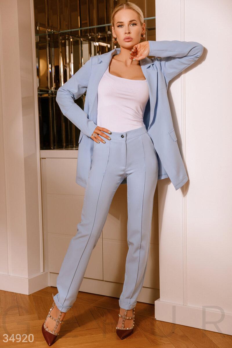 Небесно-голубой деловой костюм