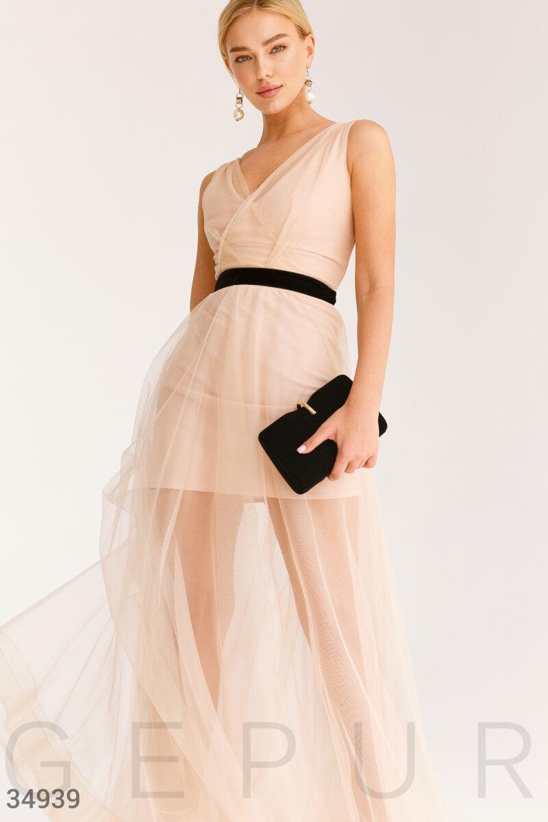 Бежевое платье с эффектным декором