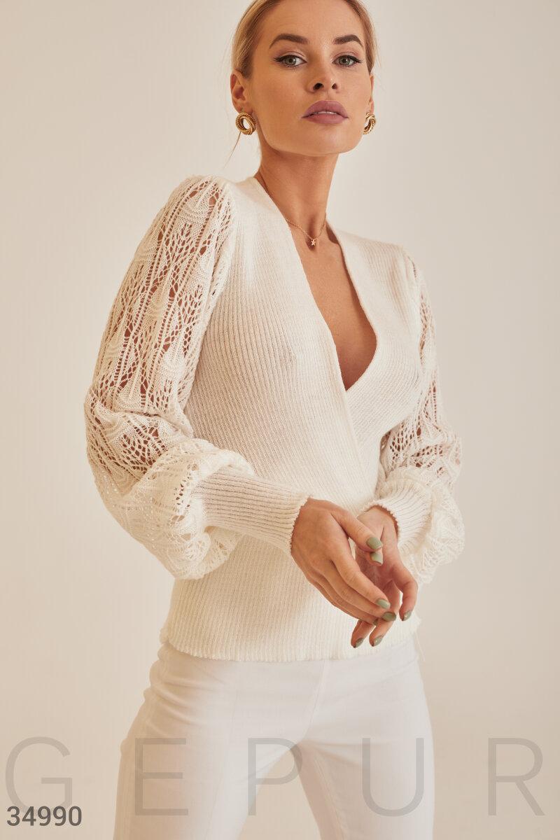 Белый пуловер с ажурными рукавами