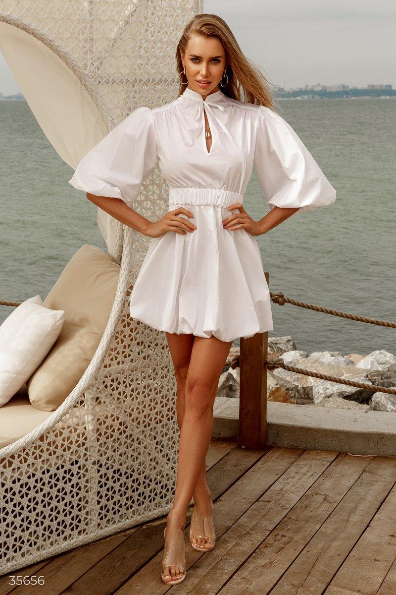 Белое платье-мини с объемными рукавами