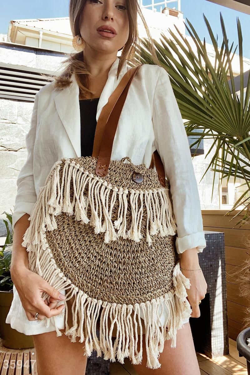 Стильная плетеная сумка с бахромой