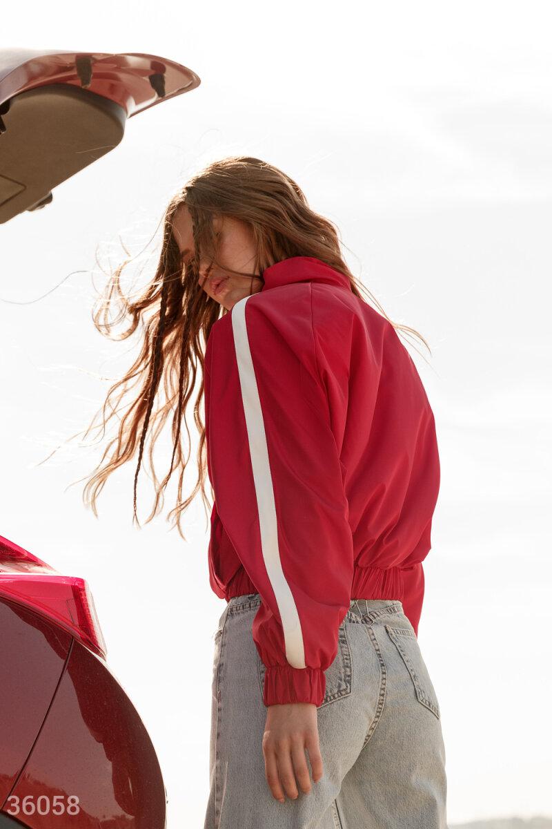 Плащевая куртка красного цвета