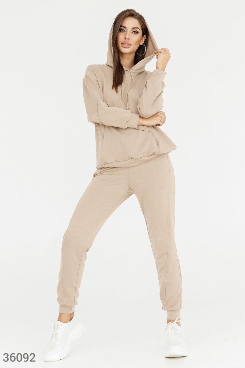 Бежевый спортивный костюм с асимметрией