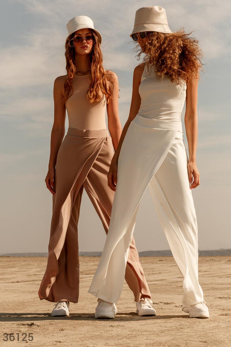 Белые брюки на запáх