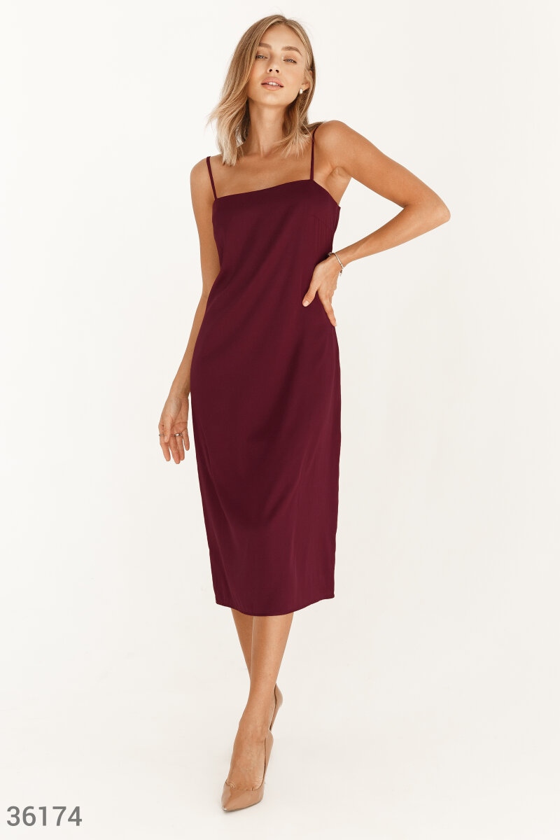 Платье-комбинация из струящегося шелка бордового цвета – идеальный вариант для романтической встречи или вечернего мероприятия. Лаконичный дизайн не отвлекает от цвета и фактуры материала с легким блеском. Вырез-каре в сочетании с тонкими бретелями акцент