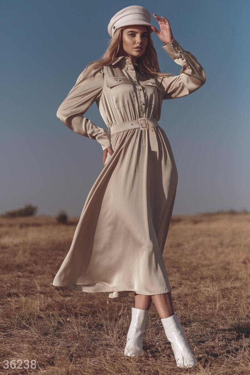 Платье в рубашечном стиле — удобный и практичный вариант для женского гардероба: днем в нем можно выйти на прогулку, а вечером отправиться в ресторан. Для изготовления бежевой модели дизайнеры Gepur использовали легкий шелковый материал. Приталенный силуэ
