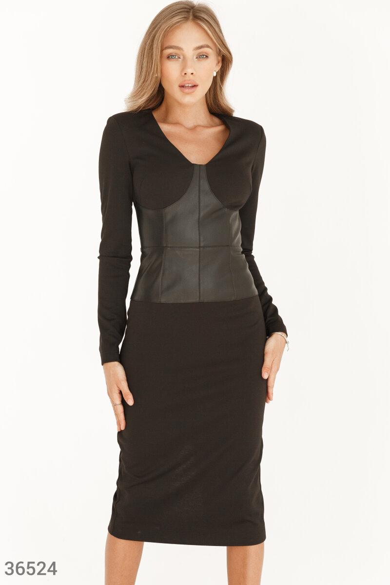 Облегающее платье-футляр от дизайнеров Gepur подчеркивает естественную женскую привлекательность, с помощью четкого приталенного силуэта и лаконичного черного цвета. Модель с длинным рукавом выделяется кожаной вставкой, напоминающей корсет. Округлый u-обр