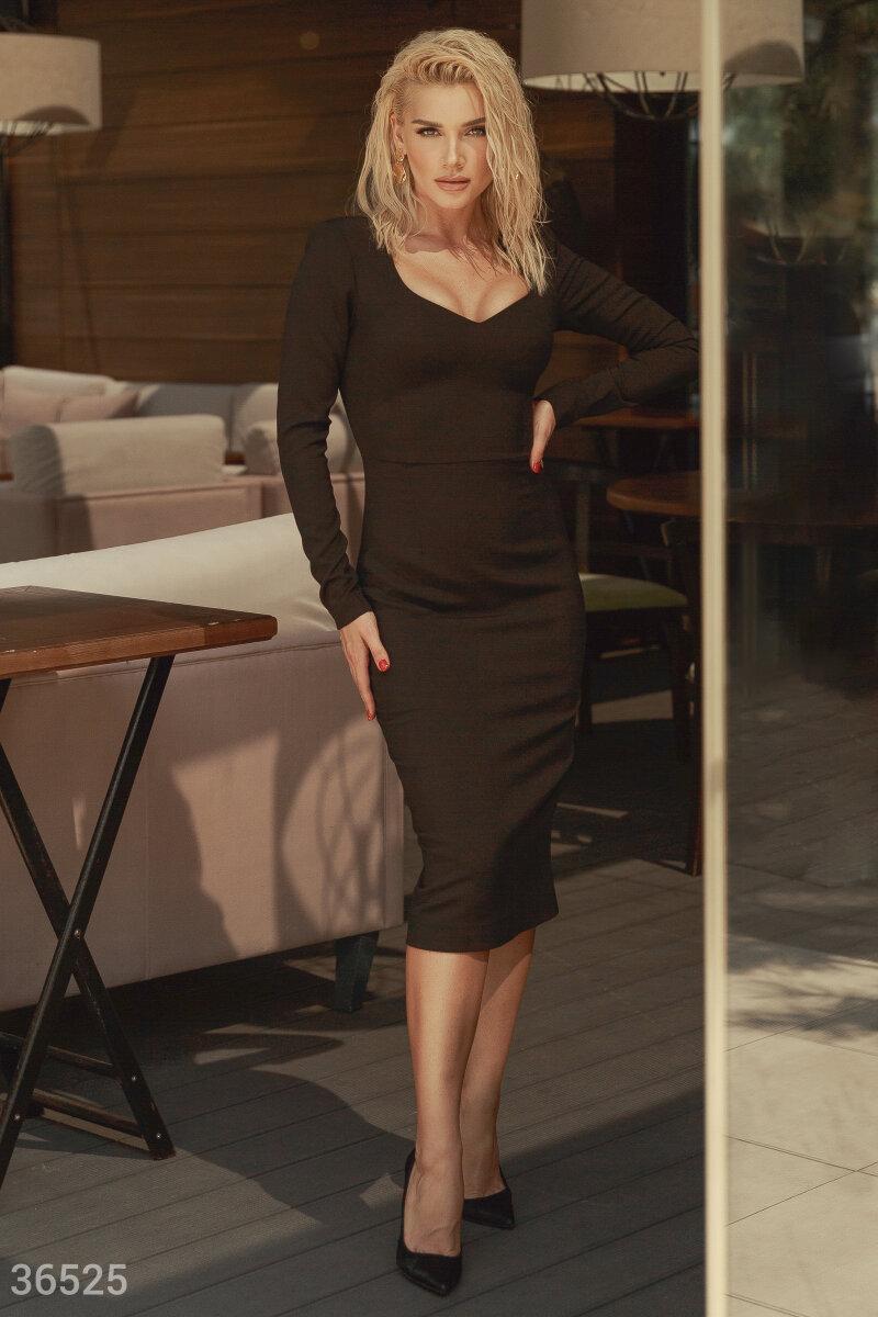 Универсальное платье-футляр станет основой для лаконичного образа. Модель с v-образным вырезом подчеркивает зону декольте, оттенённую длинными рукавами. Коллекцию представила Миша Романова - сольная исполнительница и экс-участница легендарной группы ВИА Г