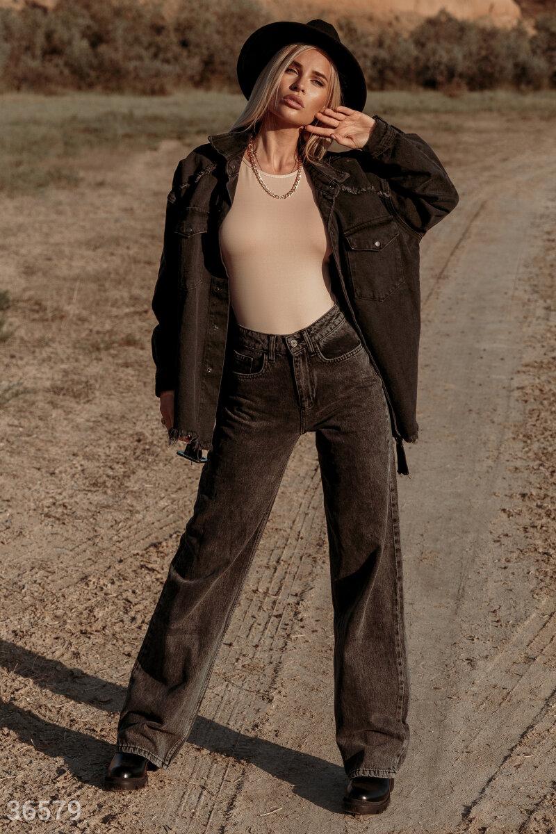 Свободные джинсы – незаменимы для создания ультрамодных луков. Высокая посадка подчеркивает талию. Джинсы выполнены из плотного денима с эффектом потертости.