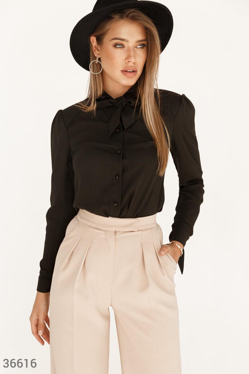 Шифоновая блуза в черном цвете станет основой для создания как делового образа, так и для романтичного аутфита. Легкий шифон приятно прилегает к телу. Модель дополнена воротником-аскот с широкими завязками, акцентриущим шею.