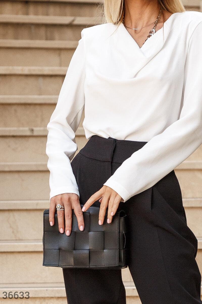 Прямоугольная сумка черного цвета в равной степени красивый и практичный аксессуар: в модель поместятся кардхолдер, телефон и ключи. Корпус сумки выполнен с использованием декоративного переплетения широких планок из эко-кожи. Верхний клапан закрывается н