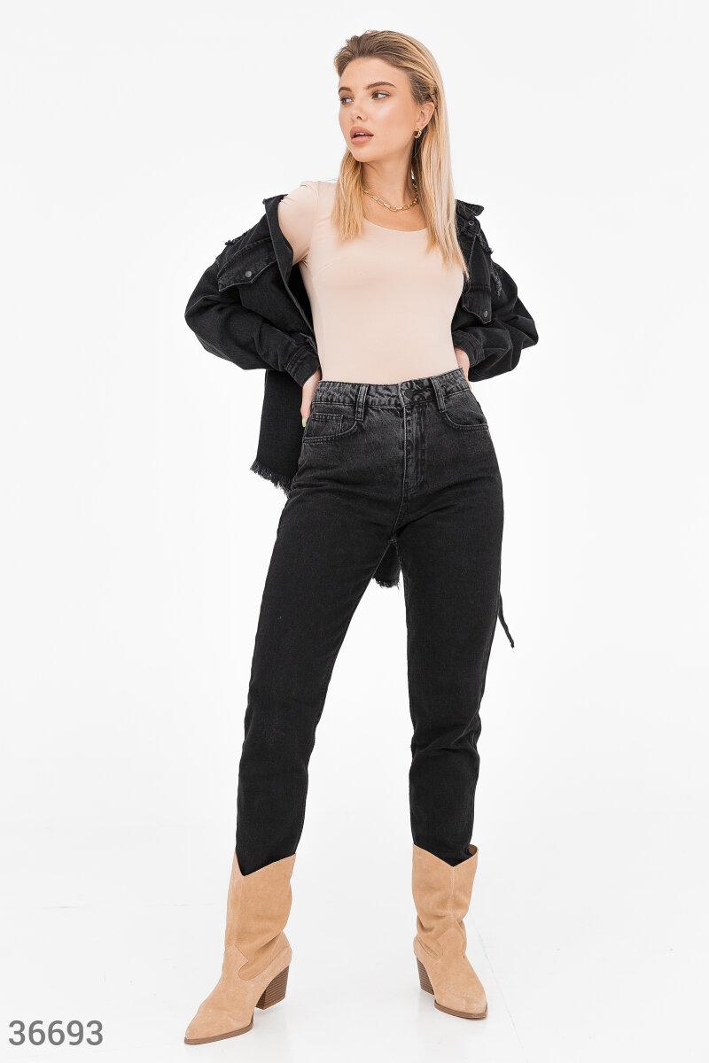 Крупные потертости на поясе, небольшие разрывы на нижних кромках брючин придают черным джинсам акцентные детали. Модель прямого кроя выполнена из плотного хлопкового денима.