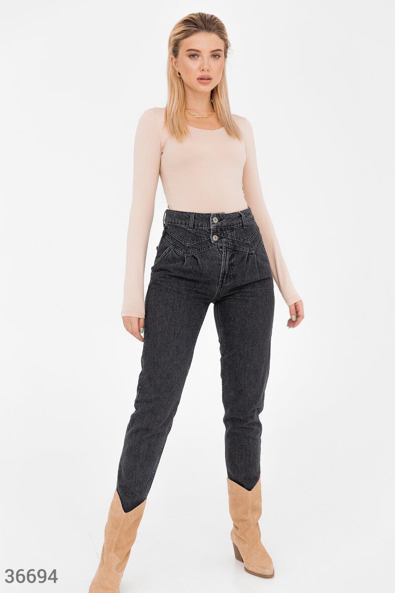 Джинсы-slouchy – элемент, который выгодно дополнит гардероб вне зависимости от сезона. Модель из 100% хлопка дополнена фигурной кокеткой на передней стороне. Дизайн с легким эффектом делаве придает джинсам стильную небрежность.