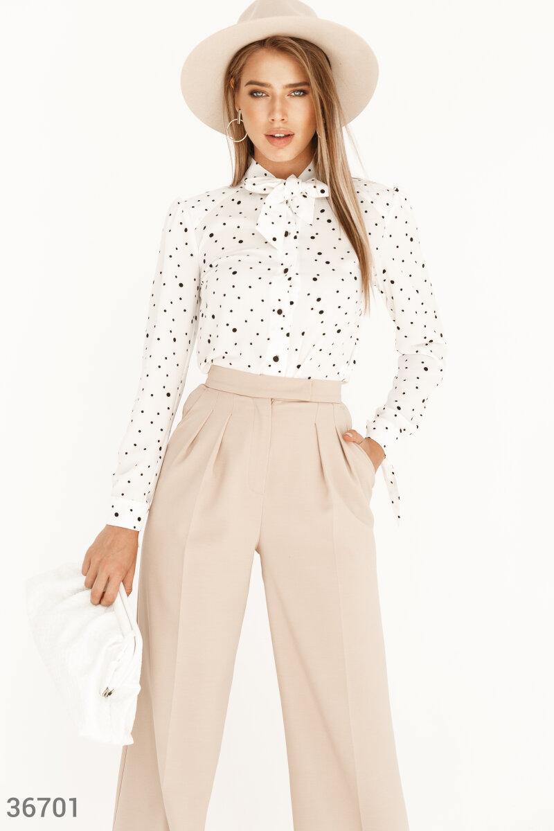 Шифоновая блуза в гороховый принт станет основой для создания как делового образа, так и для романтичного аутфита. Легкий шифон приятно прилегает к телу. Модель дополнена воротником-аскот с широкими завязками, акцентриущим шею.