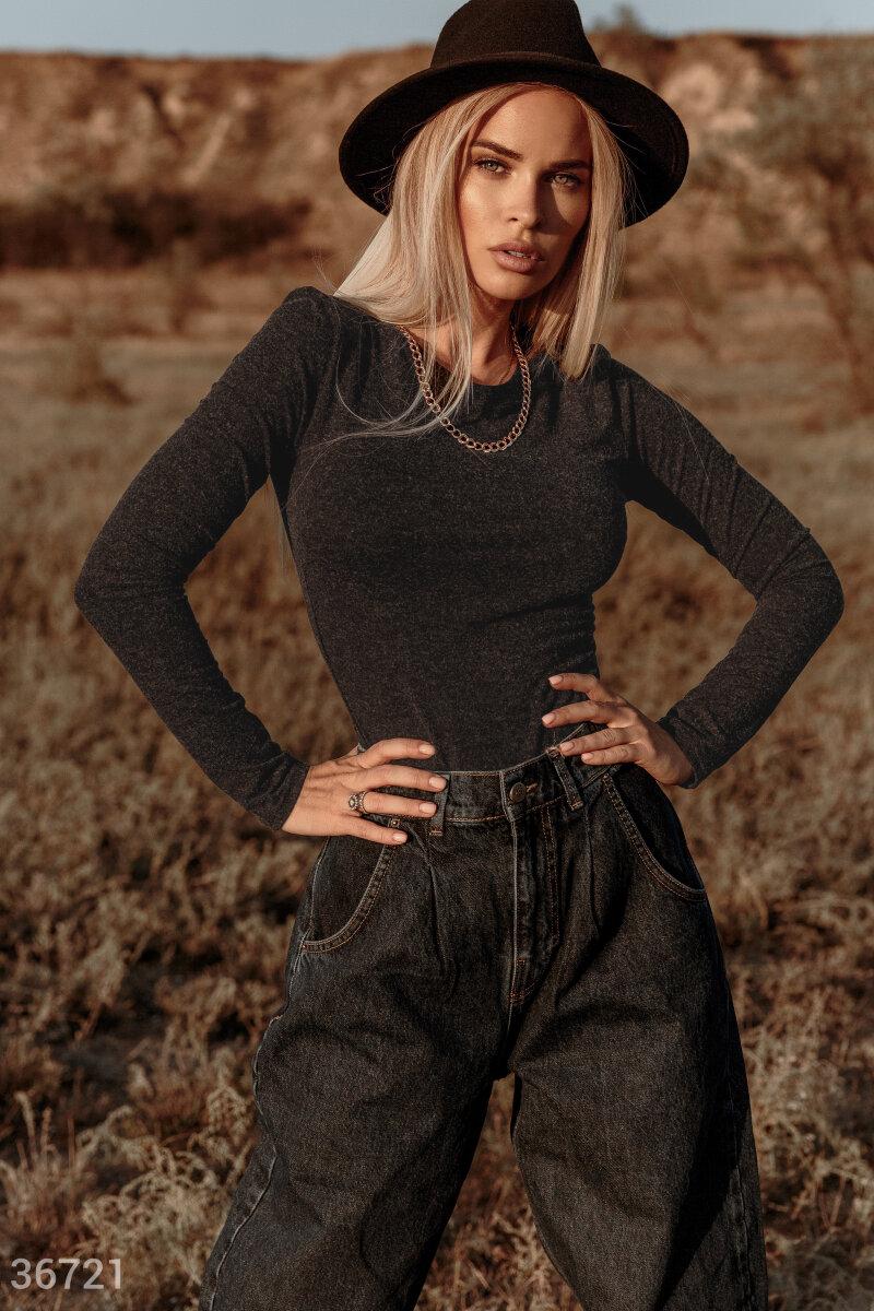 Лонгслив оттенка графит с длинным рукавом сшит из тонкой трикотажной ткани. Модель помогает правильно расставить акценты в образе. Изделие идеально справляется с многозадачностью, прекрасно подстраиваясь и под джинсы с косухой, и под кожаную юбку с блейзе