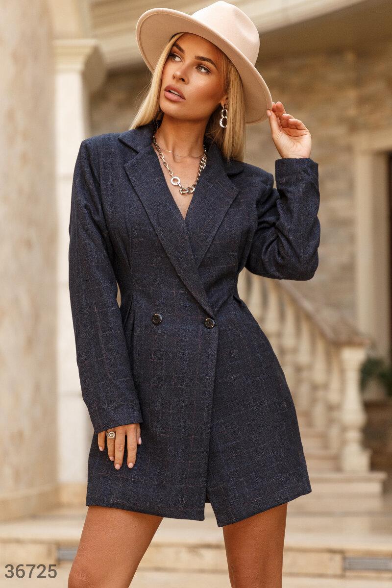 При создании короткого синего платья взяли за основу лекала женственного двубортного жакета. Отложной воротник с лацканами и акцентированная линия плеч. Защипы на поясе формируют приталенный силуэт.