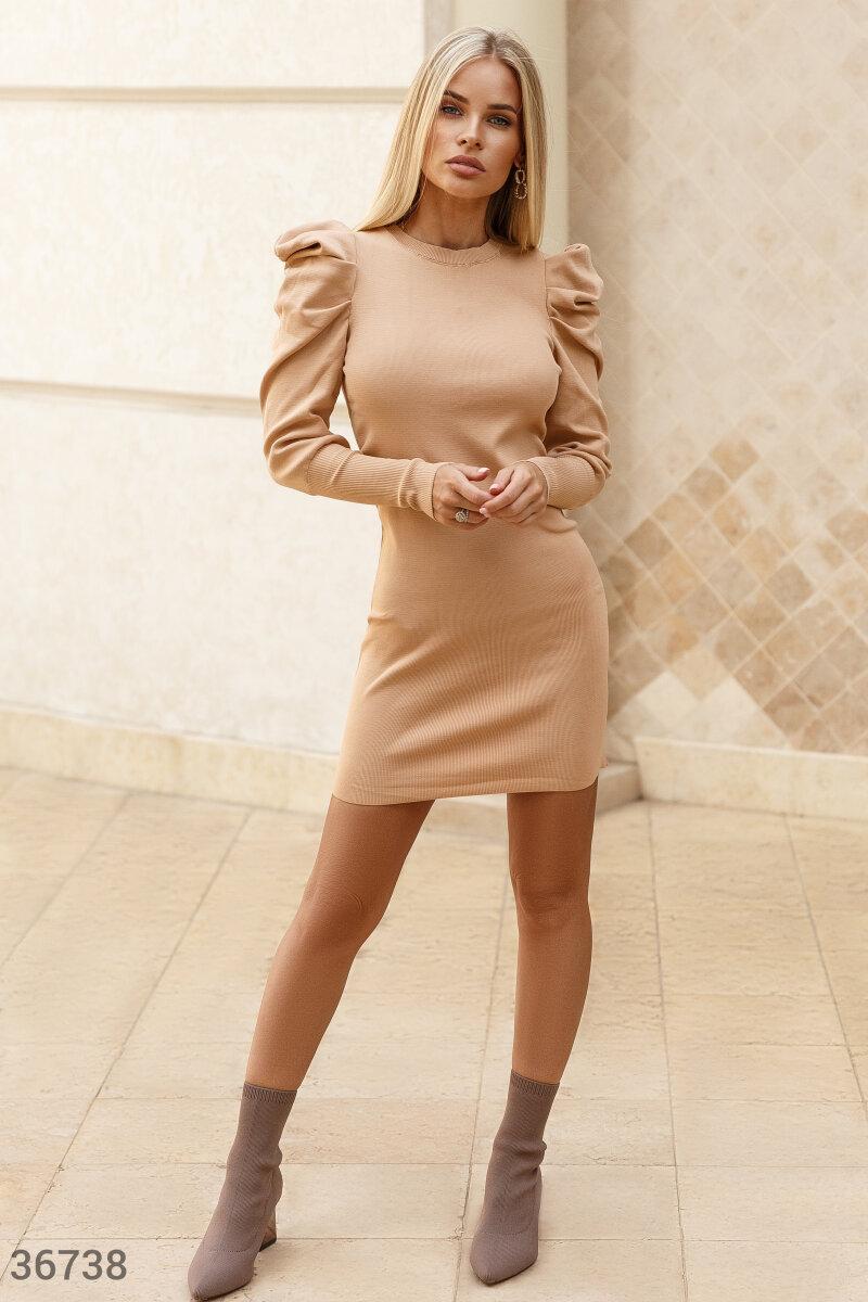 Платье-мини нейтрального нюдового оттенка. Модель облегающего кроя дополнена акцентными защипами на плечах и длинными рукавами на широких эластичных манжетах.