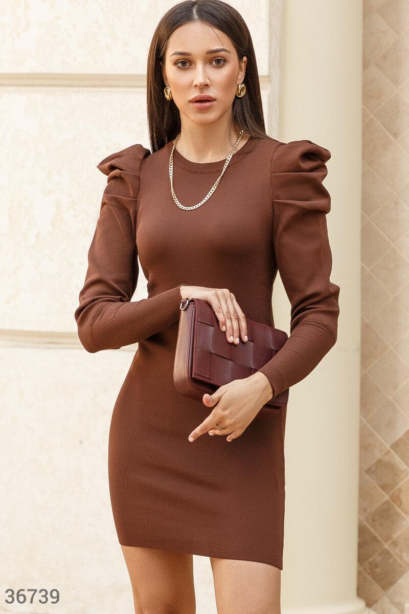Платье-мини трендового шоколадного оттенка. Модель облегающего кроя дополнена акцентными защипами на плечах и длинными рукавами на широких эластичных манжетах.
