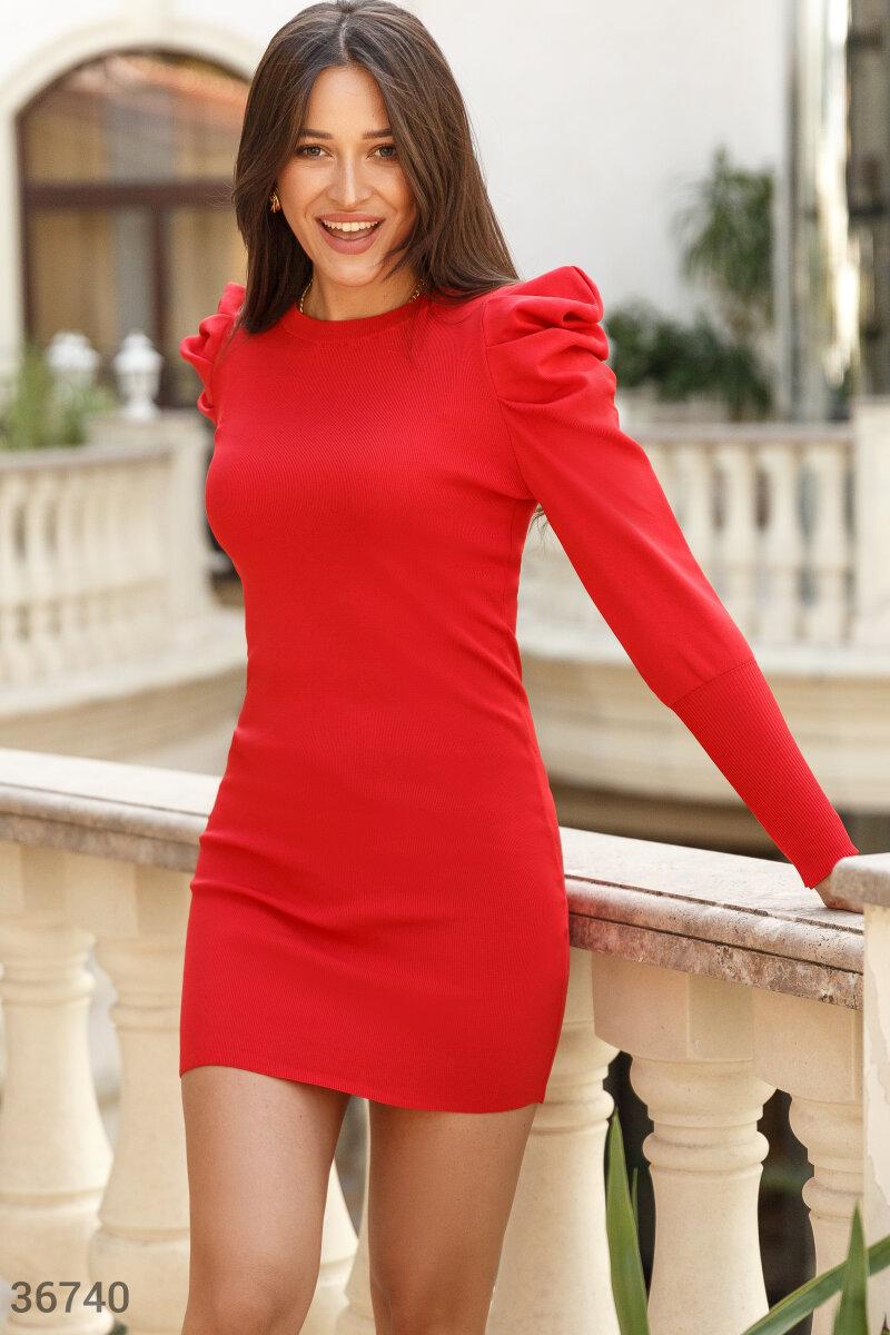 Платье-мини яркого красного цвета. Модель облегающего кроя дополнена акцентными защипами на плечах и длинными рукавами на широких эластичных манжетах.
